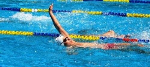 Fordelene med å svømme på rygg.