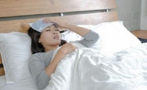 Jente som er sengeliggende og syk.