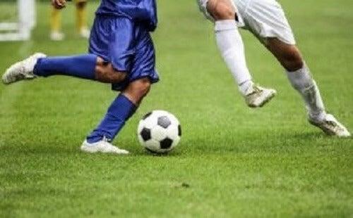Menn som spiller fotball.