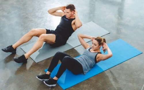 Par som gjør mageøvelser.