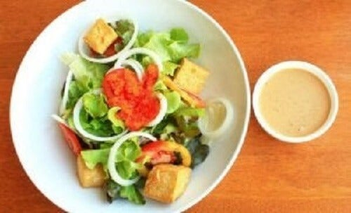 Salat med tofu.
