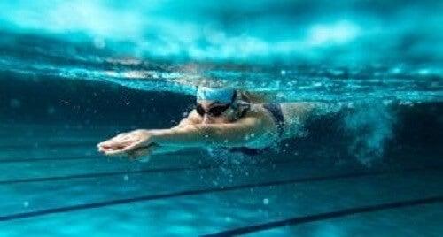 Svømming forbrenner fett.