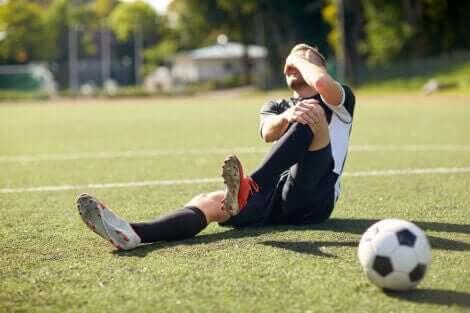 En fotballspiller som lider av en kneskade.