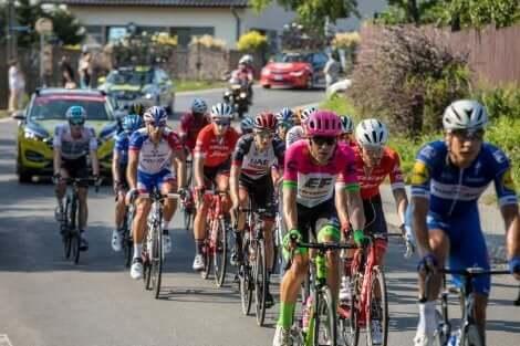 En gruppe syklister som sykler.