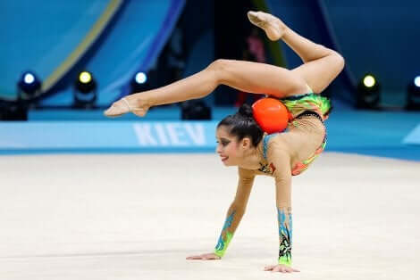 En individuell rytmisk gymnast med ball.