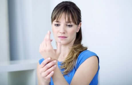En kvinne med tenosynovitt, som er en av de vanligste kajakkskadene.