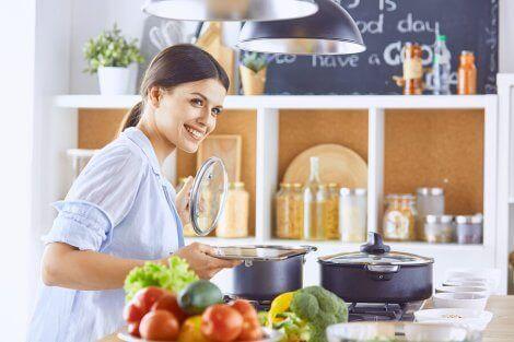 En kvinne som lager mat på kjøkkenet.