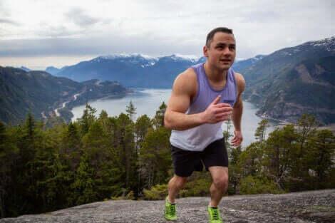 En mann som løper opp et fjell.