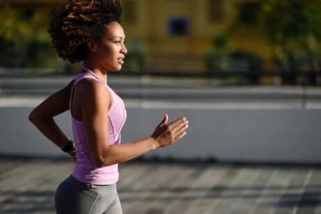 En selvmotivert kvinne som jogger