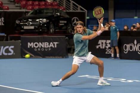 En tennisspiller i en kamp.