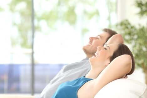 Et par som hviler på en sofa for å være mer produktive.