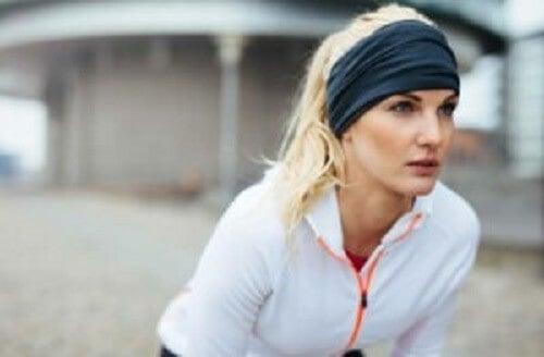 Kvinne med atletiske mål.