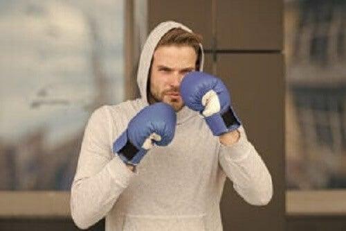 Mann som trener boksing.
