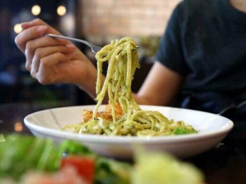 Bør du unngå å spise karbohydrater om kvelden?