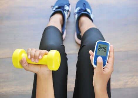 En diabetiker som tar blodsukkeret under trening