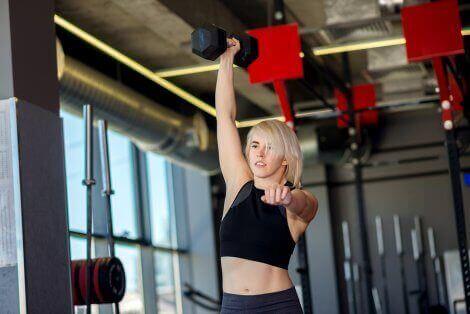 En kvinne som gjør CrossFit-øvelser for å styrke skuldrene