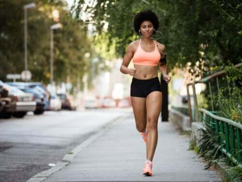 En kvinne som løper i byen, hjertet ditt forandrer seg når du trener.