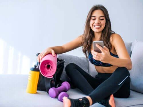 En kvinne som trener hjemme med en app.