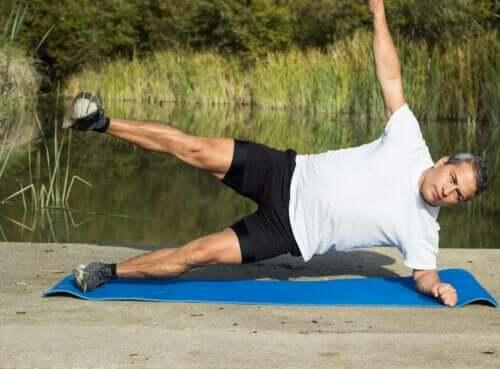 Øvelser for overkroppen: En mann som gjør en sideplanke.