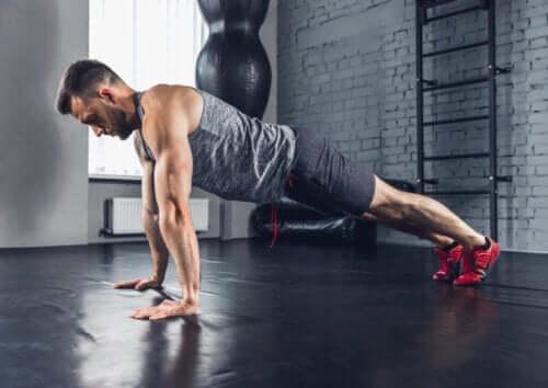 En mann som gjør push-ups.