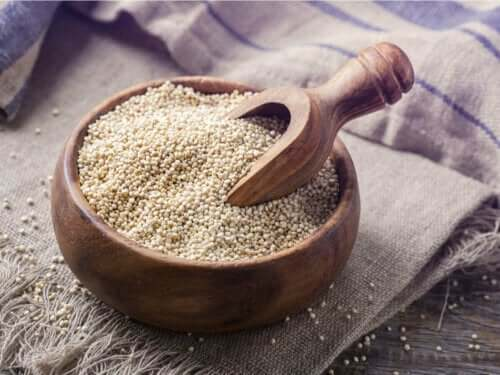 En trebolle fylt med tørr quinoa.