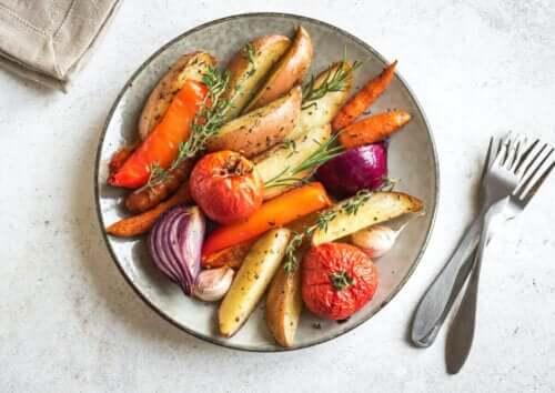 Noen grønnsaker stekte på en tallerken.