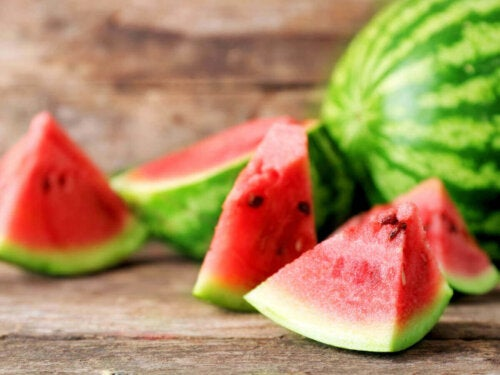 Biter med vannmelon.