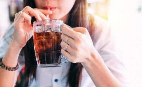 Å erstatte brus med vann eller drikkevarer med lite kalorier