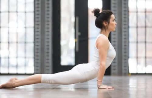 Yogastillinger som bidrar til å lindre ryggsmerter