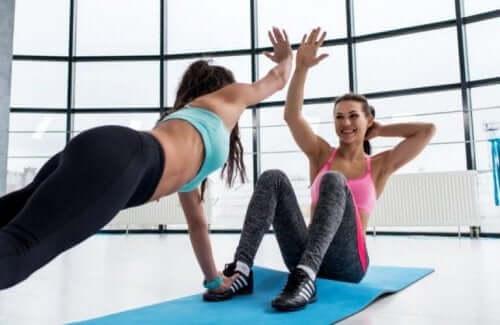 Å trene sammen med noen vil hjelpe deg med å returnere til treningsnivået ditt