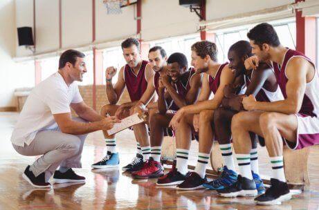 En basketballtrener som snakker med laget sitt