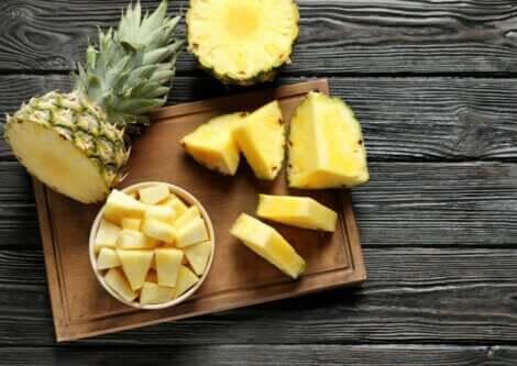 ananas på et skjærebrett; fordelene med ananas
