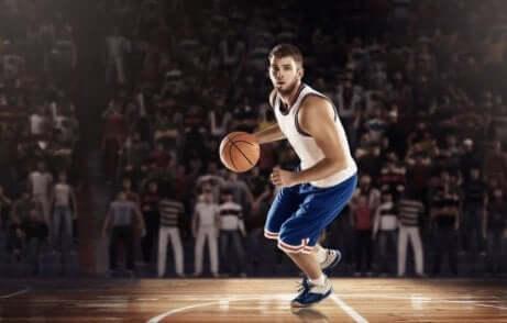 en basketballspiller ute på banen