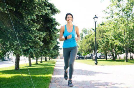 en kvinne som jogger i en park