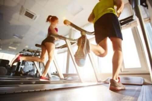 Få fart på forbrenningen og brenn kalorier på tredemølle