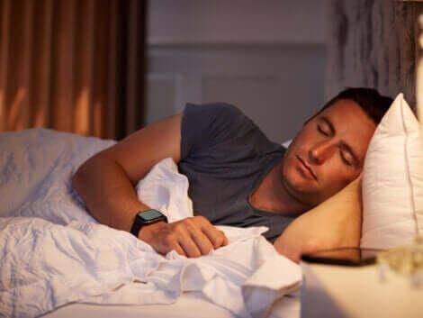 Mann sover med lyset på