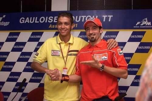 Rossi og Biaggi håndhilser.