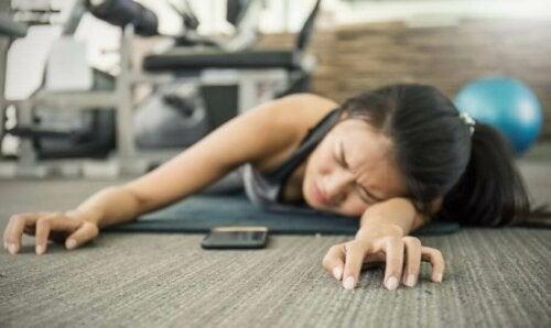 Sliten jente på gymmen.