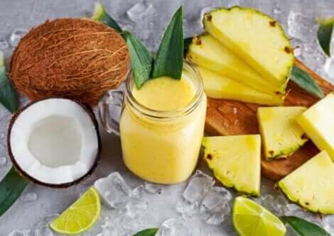 smoothie laget av ananas og kokosnøtt; fordelene med ananas