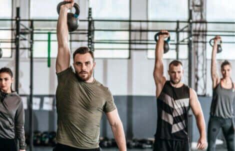 Crossfit-økt med kettlebells slik at kroppen forbrenner energi etter trening.