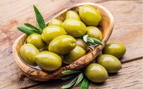 En bolle full av ferske oliven