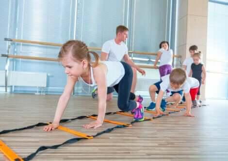 En gruppe barn som trener i en sal