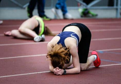 En kvinne er skuffet etter å ha tapt et løp.