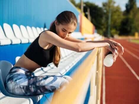 En kvinne som føler seg trøtt etter en treningsøkt.