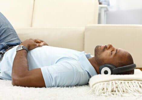 En mann som slapper av og hører på musikk.