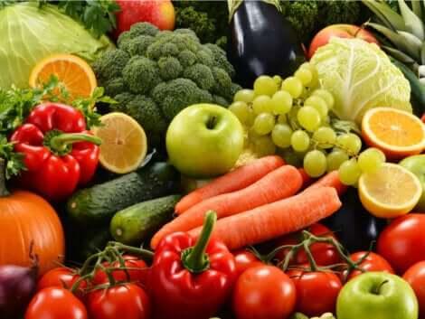 Fargerike grønnsaker og frukt.