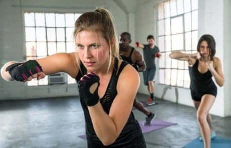 Kvinne som trener i sal med flere personer