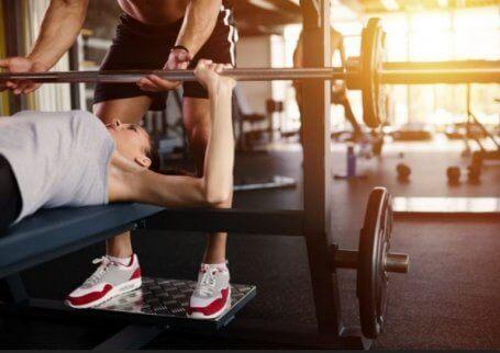 Kvinne som utfører styrketrening