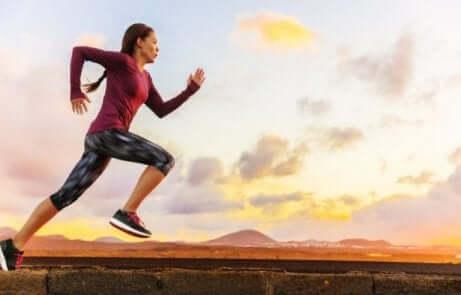 Kvinne løper mens hun puster gjennom munnen