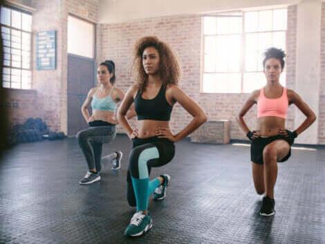 Tre kvinner som gjør aerob trening.
